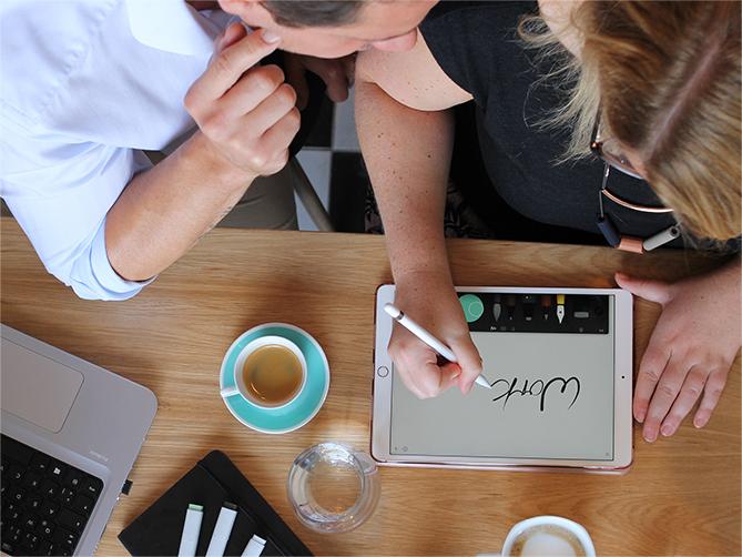 ELSA kreativ mit iPad, Mackbook, Stiften und Kaffee