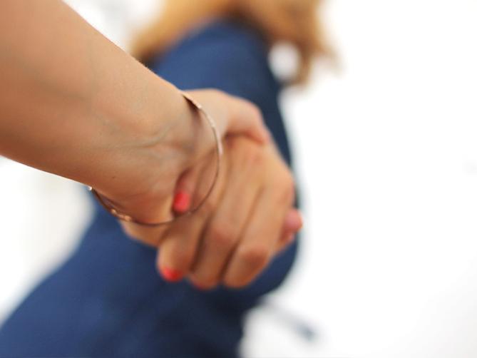 Händehalten Frau