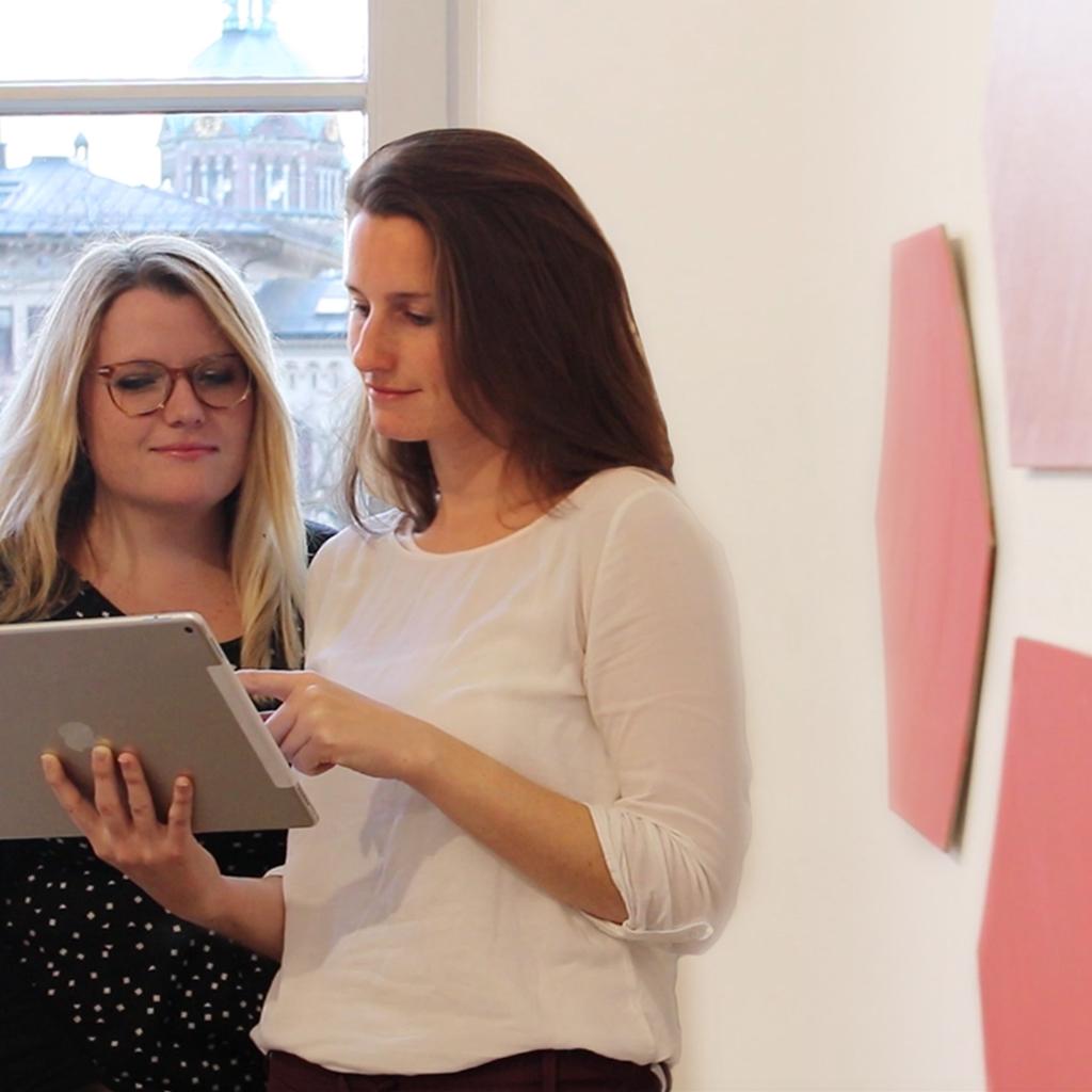 ELSA zwei Frauen vor Fenster iPad besprechen