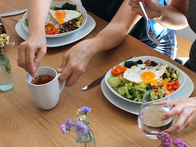 ELSA Küchentisch zwei Personen vor vollen Teller und Getränke