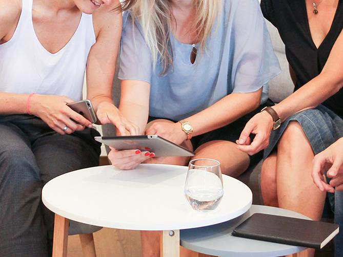 ELSA Know How vier Frauen am Tisch mit iPad, Kaffee