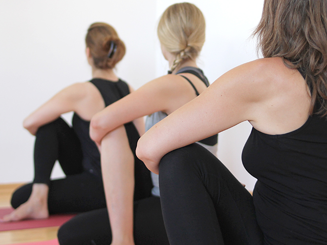 ELSA Yoga drei Frauen